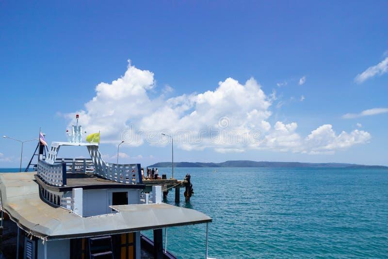 在左边的客船与在海的大白色云彩在背景在夏天,酸值Mak海岛中在桐艾府,泰国 库存照片