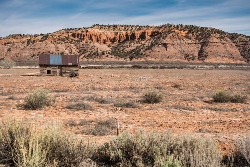 在左边的老客舱与沙漠拷贝空间在右边 免版税库存图片