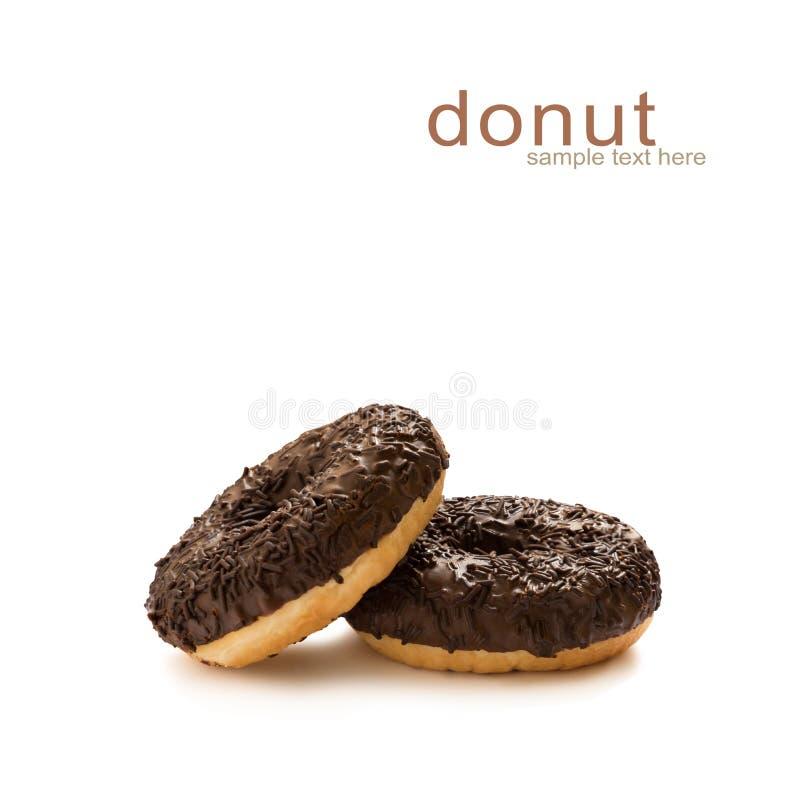 在巧克力的油炸圈饼给上釉与在白色背景隔绝的巧克力片,无缝的样式,顶视图,平的位置 免版税库存照片