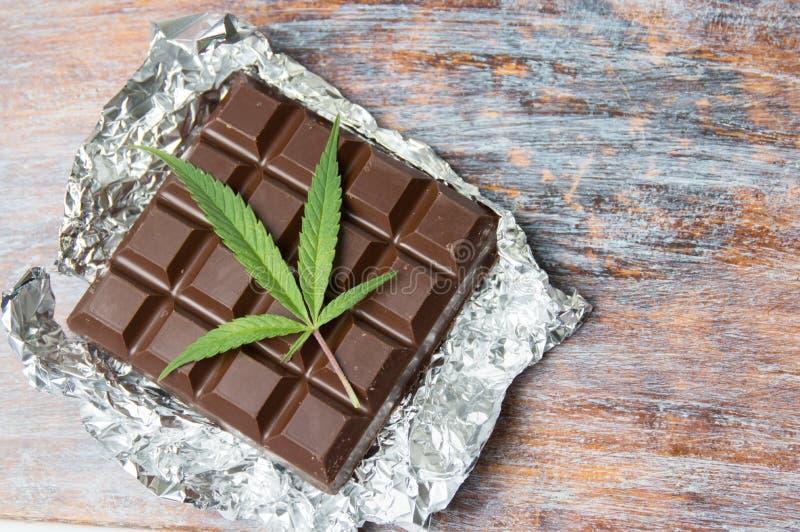 在巧克力顶部的大麻叶子 库存照片