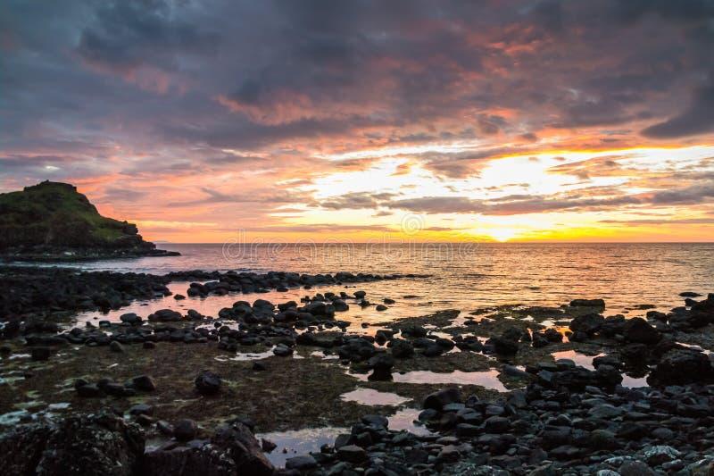 在巨人堤道海岸的剧烈的日落,北爱尔兰 免版税库存照片