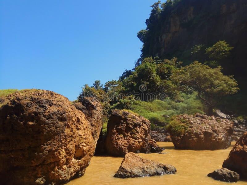 在巨人岩石中的水流量 免版税库存照片