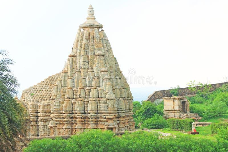 在巨型的奇陶尔加尔堡垒和地面拉贾斯坦印度的寺庙 免版税图库摄影