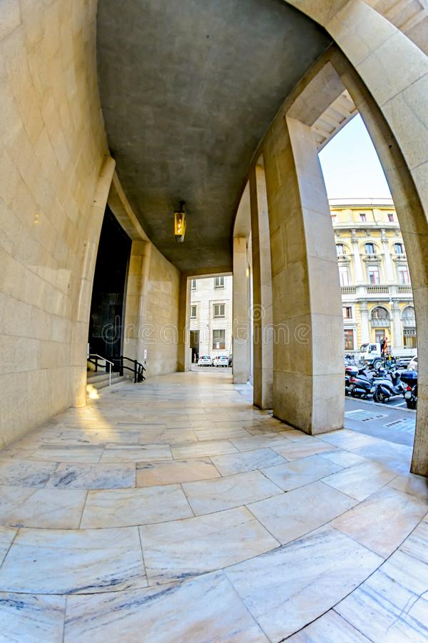 在巨型的长方形大厦的曲拱的下段落与专栏和大理石地板的在米兰 库存照片