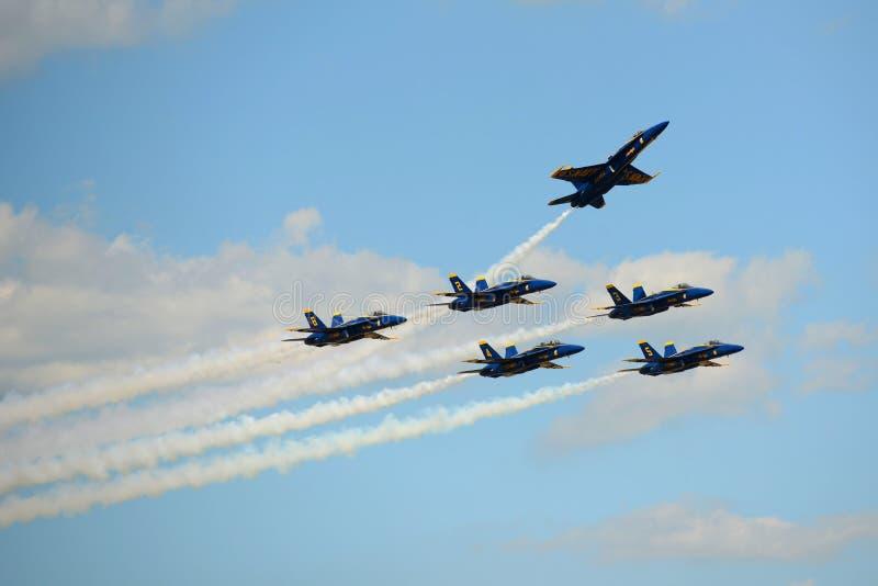 在巨大新英格兰飞行表演的蓝色天使 库存图片