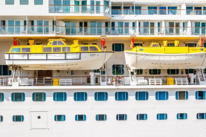 在巨大的巡航的救生艇被停泊的,斯堪的那维亚 免版税库存图片