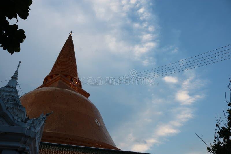 在巨大chedi& x28上的气氛; pagoda& x29; 库存图片