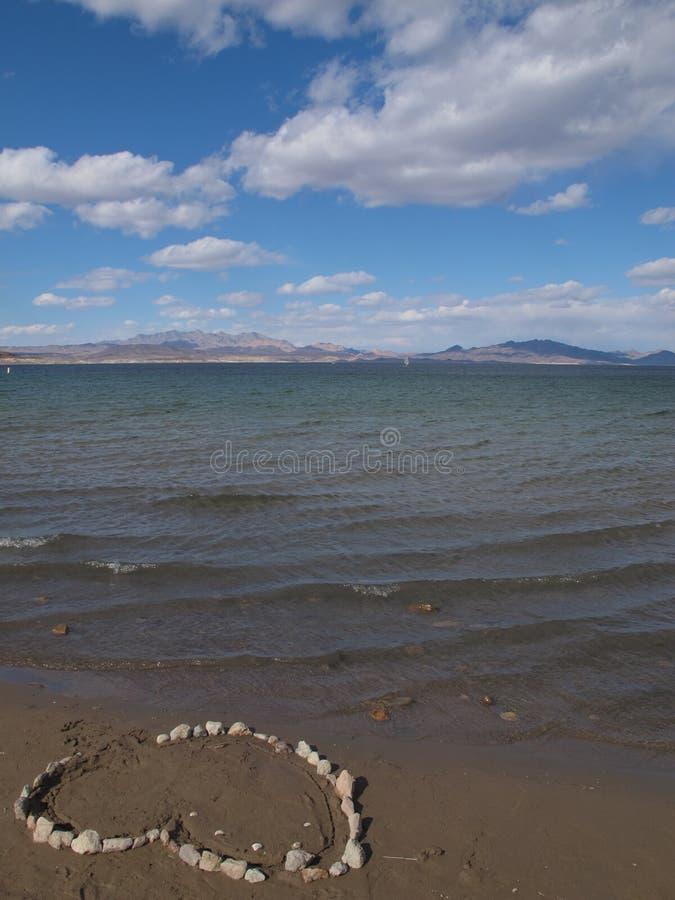 在巨石城海滩岸的心脏马赛克在米德湖,内华达 免版税库存照片