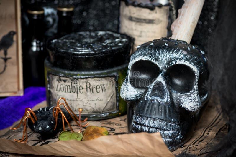 在巫婆` s书桌上的黑头骨 免版税库存照片