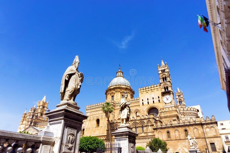 在巴勒莫主教座堂入口的雕塑在巴勒莫,意大利 免版税库存照片