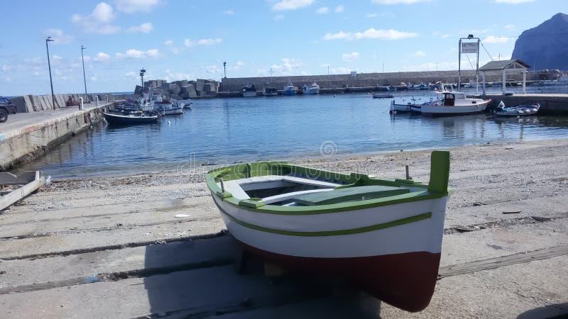 在巴勒莫女性西西里岛的海岛码头的小船 免版税图库摄影
