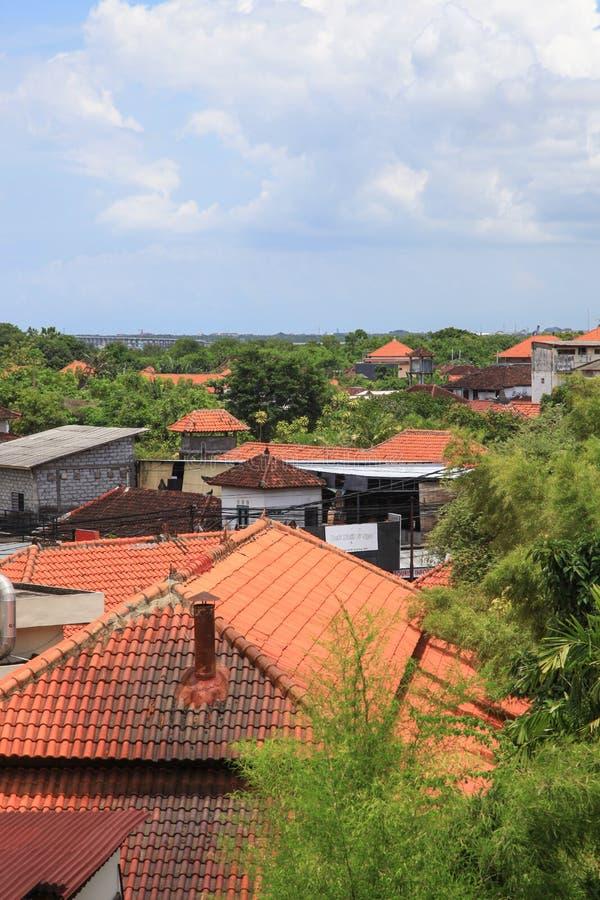 在巴厘岛传播的红色房子屋顶 免版税图库摄影