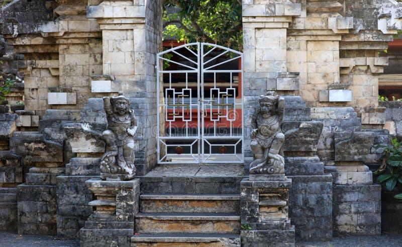 在巴厘岛印度尼西亚,印度尼西亚宗教建筑学的寺庙门 免版税库存照片
