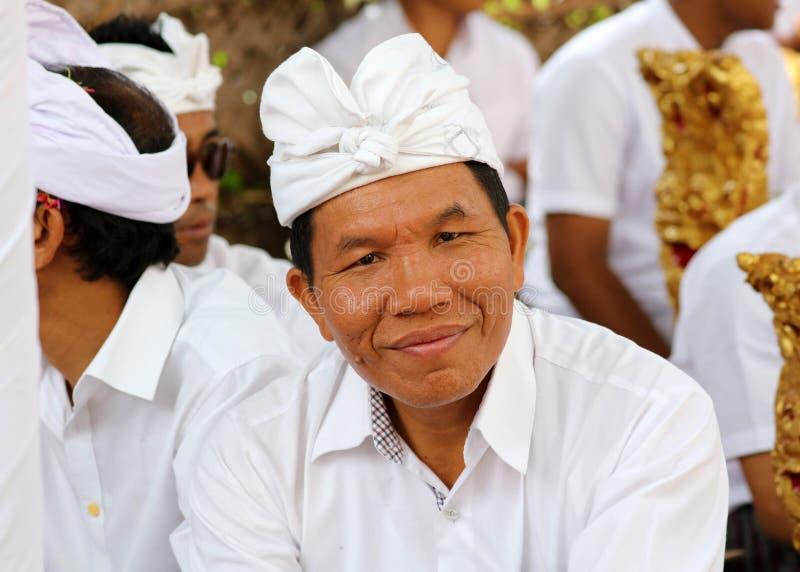 在巴厘岛印度尼西亚,宗教仪式的印度庆祝有黄色和白色颜色的,妇女跳舞 免版税图库摄影