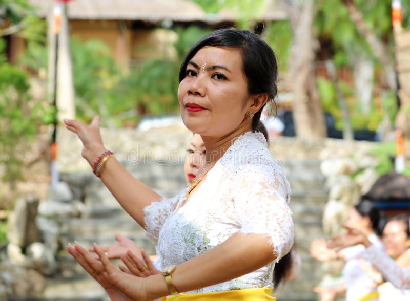 在巴厘岛印度尼西亚,宗教仪式的印度庆祝有黄色和白色颜色的,妇女跳舞 库存图片