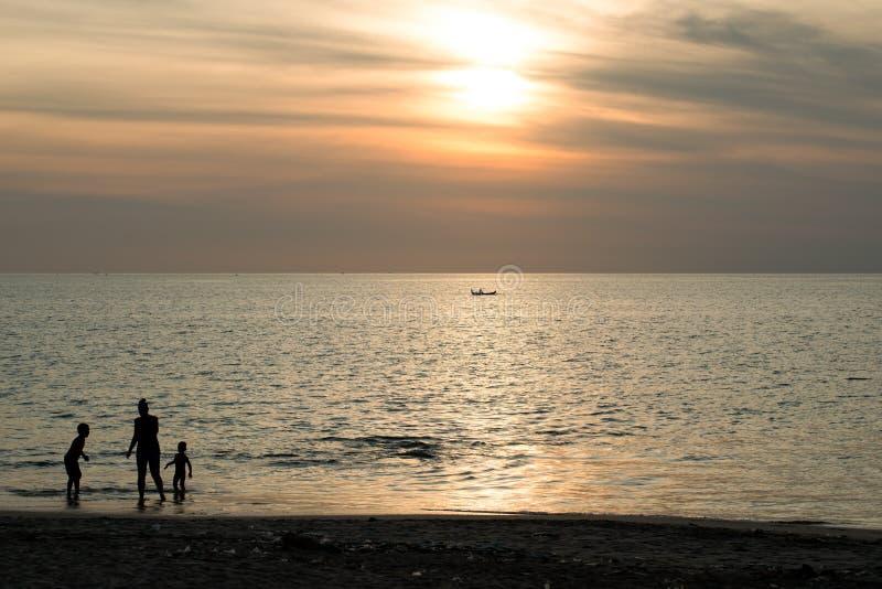 在巴厘岛日落期间的Jimbaran海滩 库存照片