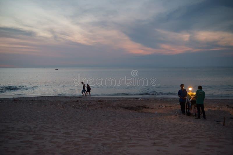 在巴厘岛日落期间的Jimbaran海滩 库存图片