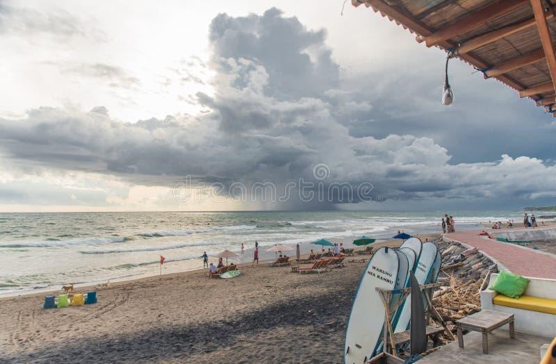 在巴厘岛海滩的风暴之前 库存照片