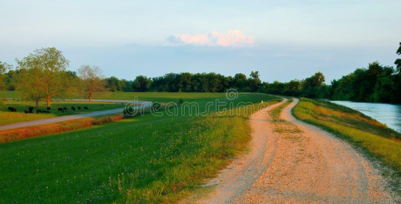 在巴吞鲁日附近的密西西比河堤坝 免版税图库摄影