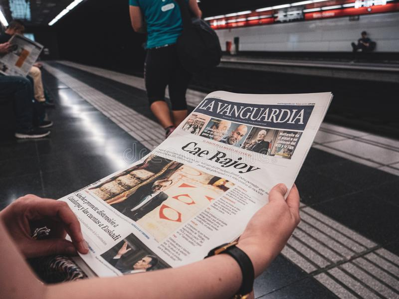 在巴塞罗那地铁车站的妇女读书La Vanguardia 库存图片