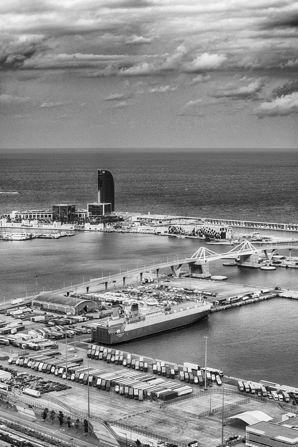 在巴塞罗那,卡塔龙尼亚,西班牙港的鸟瞰图  库存照片