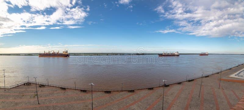 在巴拉那河全景的船-罗萨里奥,圣菲,阿根廷 免版税库存图片