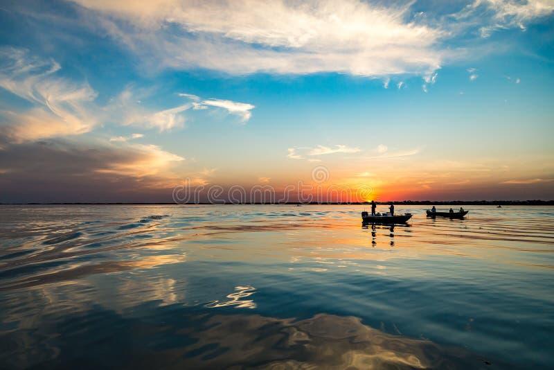 在巴拉那河,巴西的鱼小船 圣保罗和Mato边界  免版税库存图片