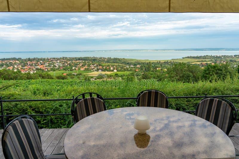 在巴拉顿湖的餐馆小山晚餐的,午餐,浪漫日期,吃在自然 乔保克酒餐馆桌与 免版税图库摄影