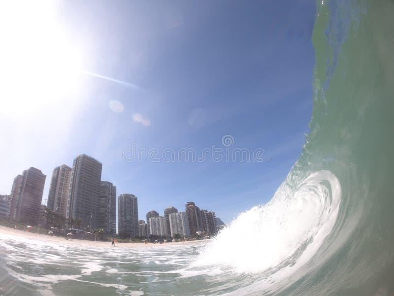 在巴拉da Tijuca - RJ岸断裂的波浪  库存图片
