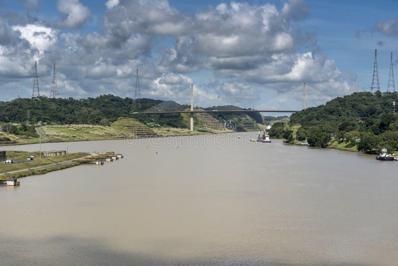 在巴拿马运河的百年桥梁从海岛公主 免版税库存图片