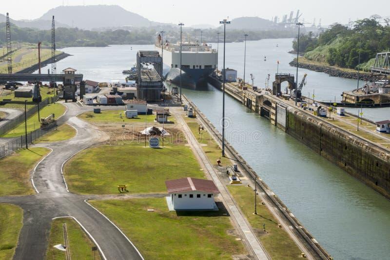 在巴拿马运河的货船输入的锁 图库摄影