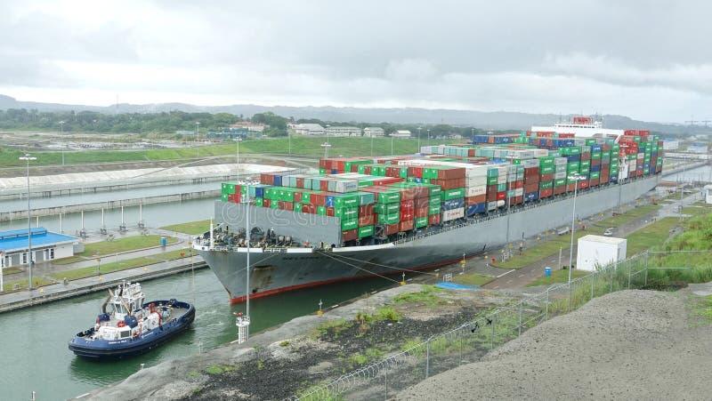在巴拿马运河的赫尔辛基Brige集装箱船 免版税图库摄影