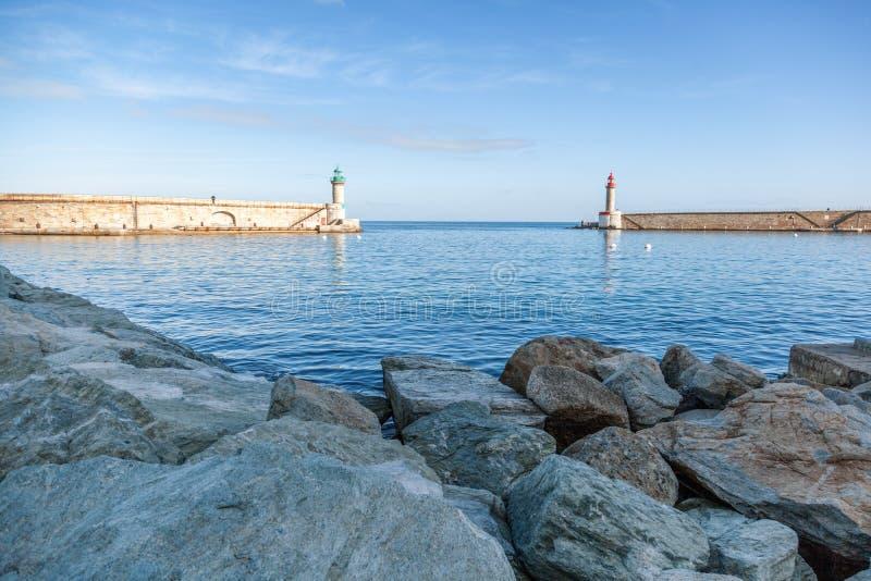 在巴斯蒂亚,法国,惊叹海岛港的两座灯塔  图库摄影