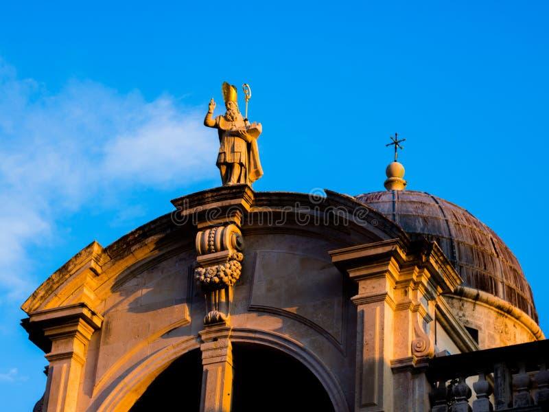 在巴洛克式的St布勒斯的教会的看法在杜布罗夫尼克由落日照亮了 免版税库存图片
