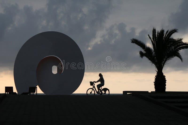 在巴统海边大道的街道雕塑反对日落的背景 免版税库存照片