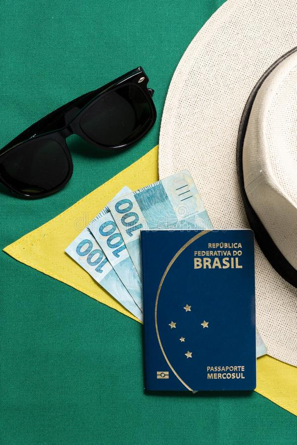 在巴西旗子背景的巴西护照 图库摄影