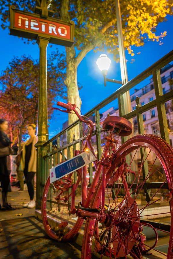 在巴黎地铁的红色自行车 库存照片