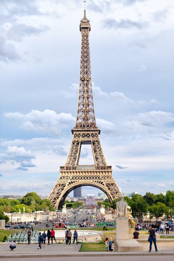 在巴黎有交通的和游人的街道场面在艾菲尔铁塔旁边 免版税图库摄影