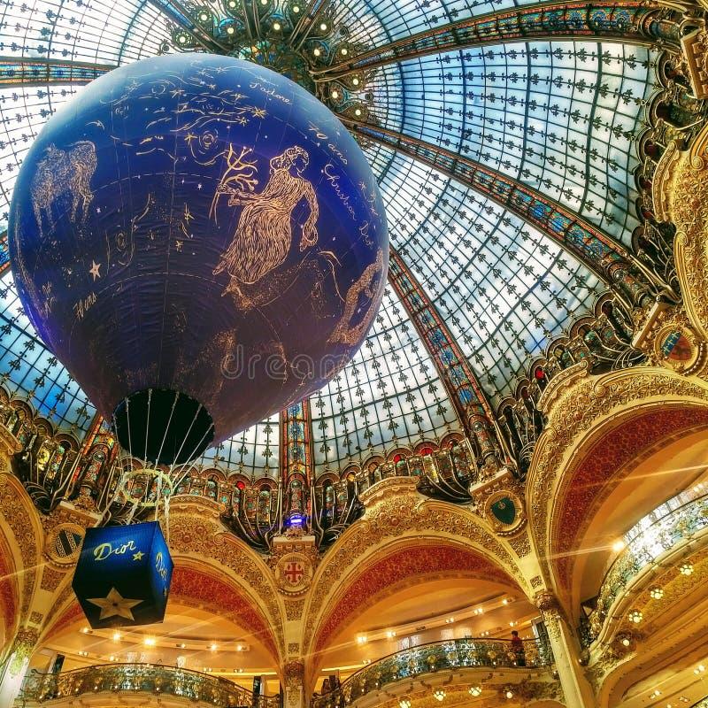 在巴黎老佛爷百货公司的美好的迪奥显示在巴黎,法国 图库摄影