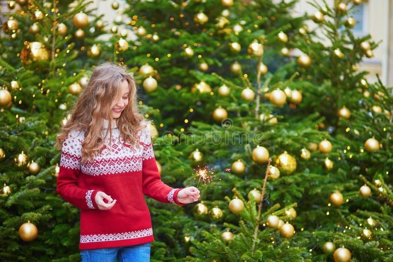 在巴黎街道上的少妇为圣诞节装饰了 免版税库存照片