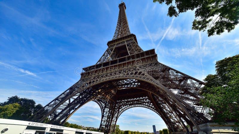 在巴黎视图的埃菲尔铁塔从下面 库存照片