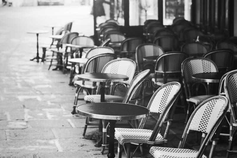 在巴黎视图的葡萄酒咖啡馆,老街道 免版税库存图片