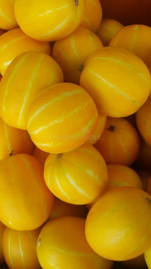 在市场上或黄雀色瓜或冬瓜堆安置的新鲜的黄色瓜 免版税库存图片