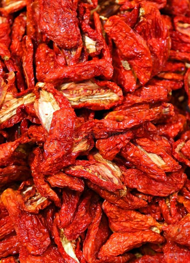 在市场上烘干的许多红色蕃茄 免版税库存图片