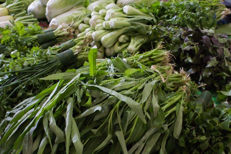 在市场上的不同的生态菜 免版税库存图片
