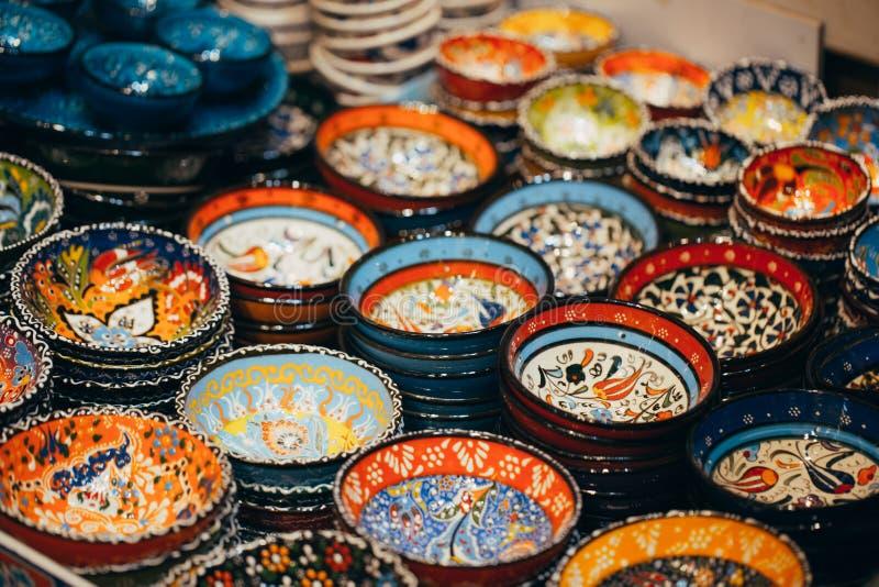 在市场上的古典土耳其陶瓷 免版税库存图片