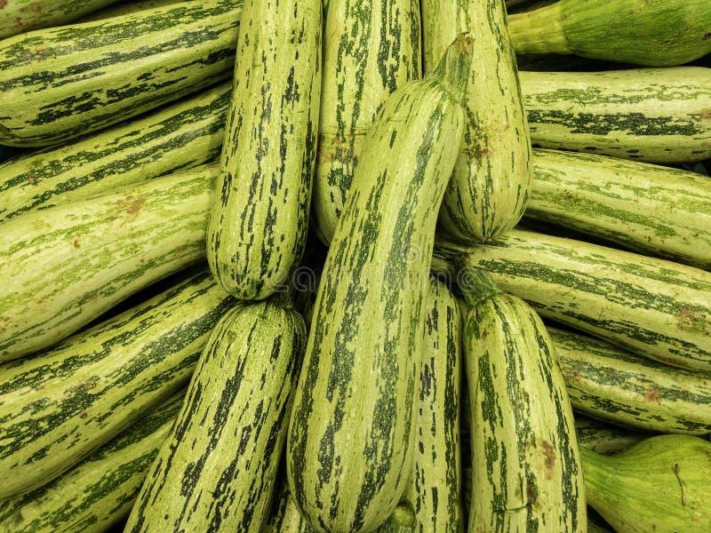 在市场上的新鲜的干净的夏南瓜 免版税库存照片