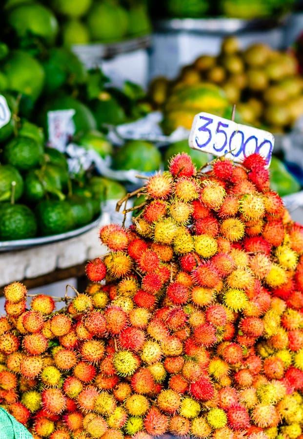 在市场上的新鲜的红毛丹在越南 库存照片
