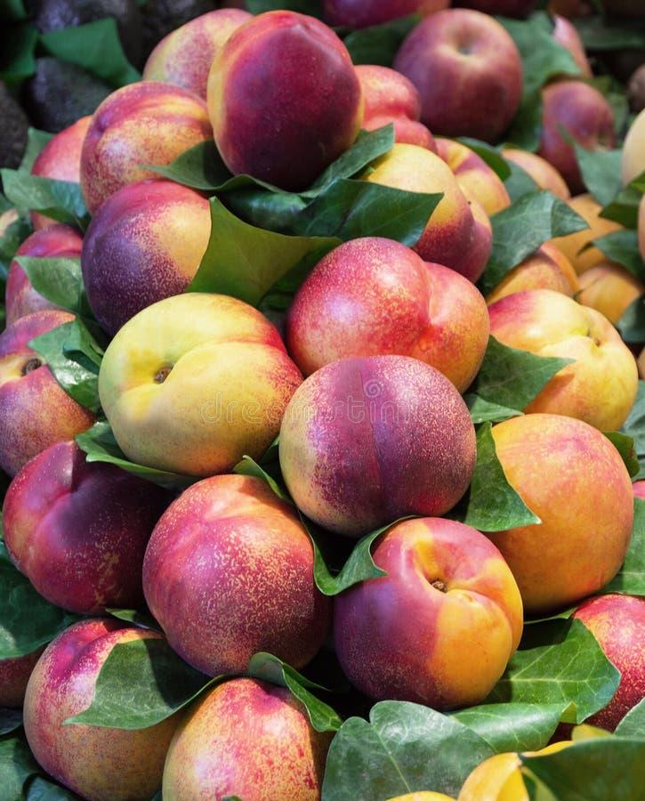 在市场上的桃子 图库摄影