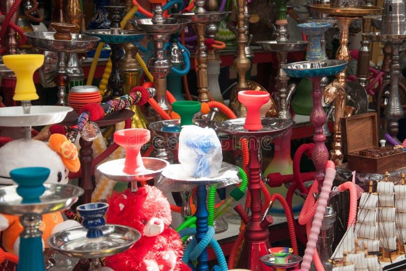 在市场上的水烟筒销售在市Akko在以色列 免版税库存图片